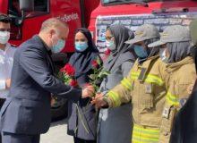 قدردانی فرماندار کرج از آتش نشانان با اهداء شاخه های گل