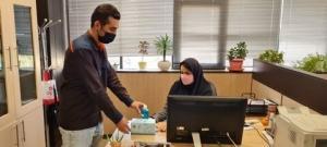 توزیع ماسک و محلول ضدعفونی بین پرسنل شهرداری منطقه ۸